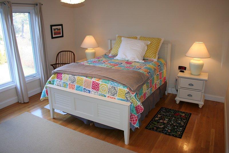 Master-Schlafzimmer mit Queen-Size-Bett, eigenes Bad und einem großen begehbaren Kleiderschrank (nicht dargestellt)
