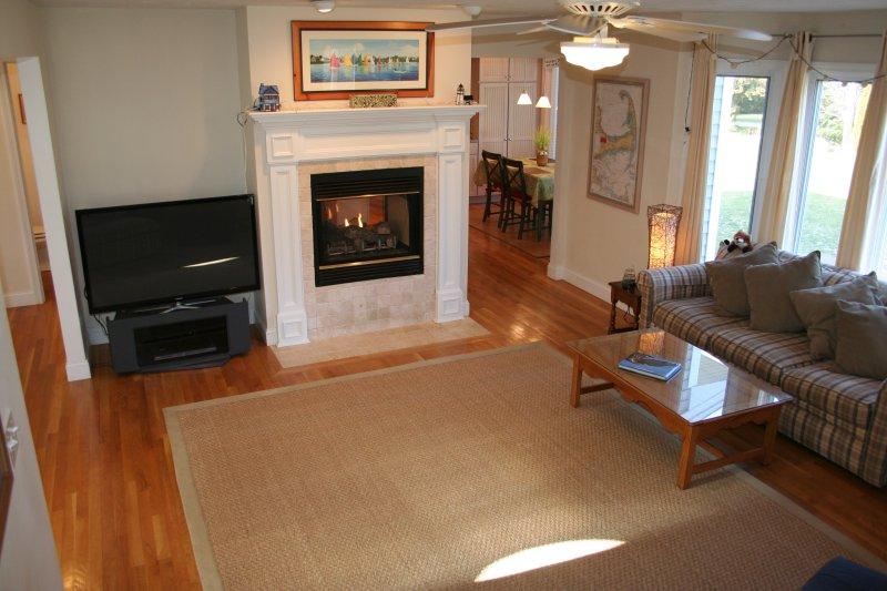 Wohnzimmer mit Gas-Kamin und Flachbildschirm, HD-Fernseher