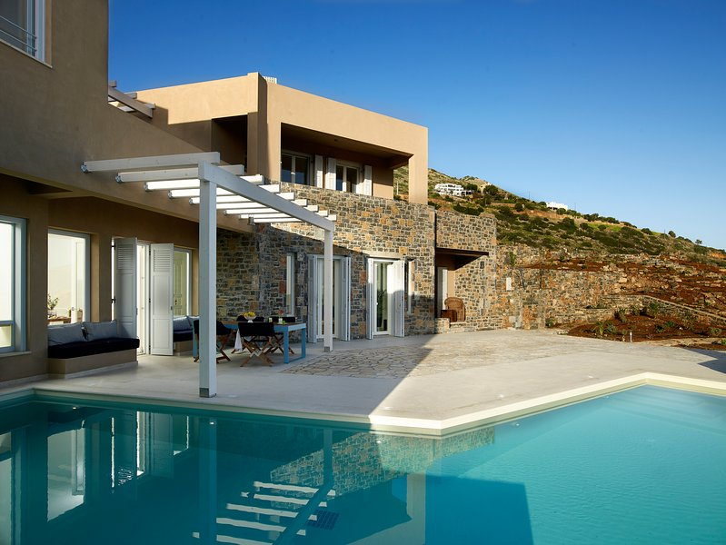 VIP Villa with private pool and stunning views, location de vacances à Fourni