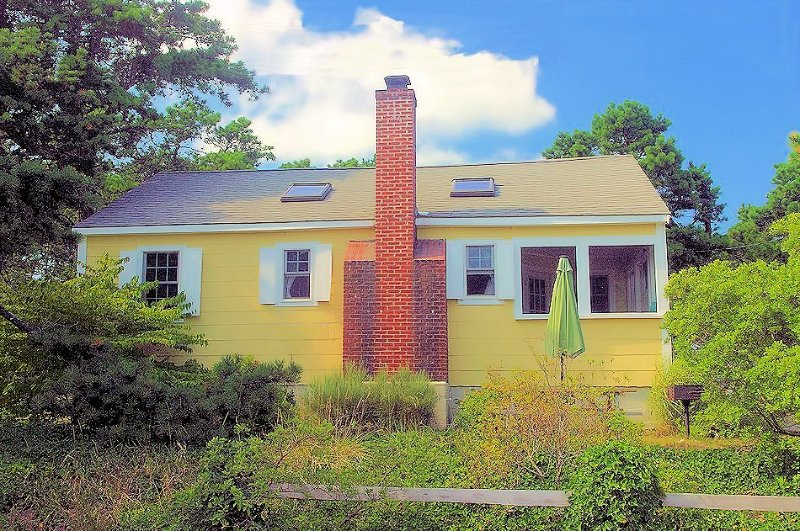 Cliffside Cottage at Surf Side.  Just down the street from a great ocean beach., vacation rental in Wellfleet