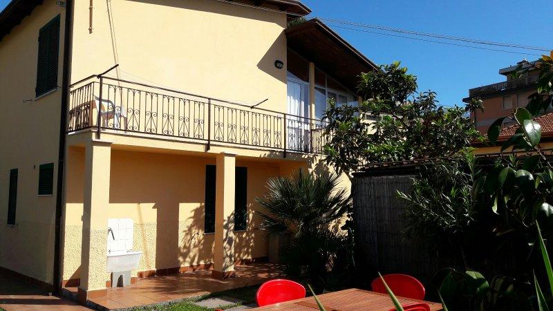 Al mare appartamento con giardino e parcheggio, holiday rental in Carrara