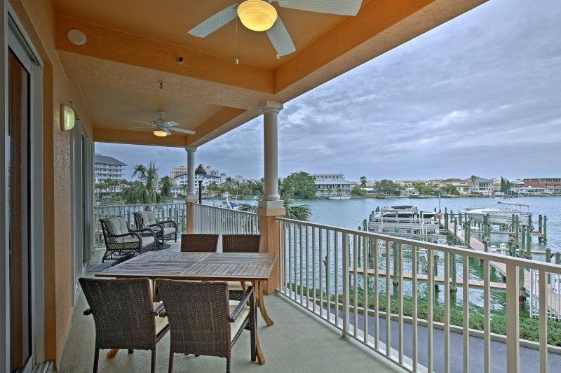 Experience the luxury of waterfront living in this breathtaking 3-bedroom, 2-bathroom vacation rental home in Clearwater.