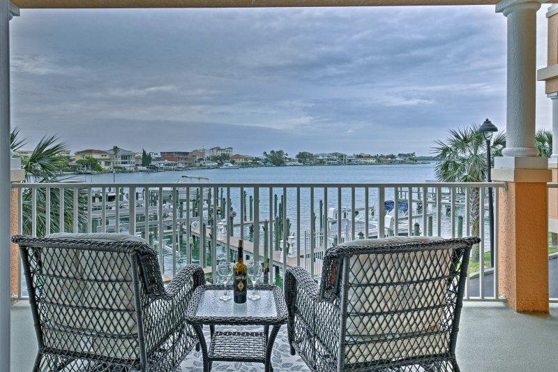 Avec 2 chaises longues et table à manger pour 4, le balcon est sûr d'être votre endroit préféré pour traîner.