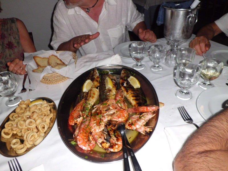 di sera ci si ritrova a mangiare in un ristorantino sul mare...
