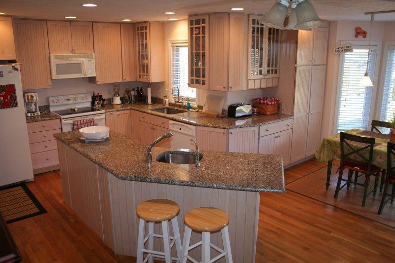 Gourmet-Küche, komplett ausgestattet mit Geschirrspüler, Mikrowelle, zwei Standard-Öfen, zwei Waschbecken