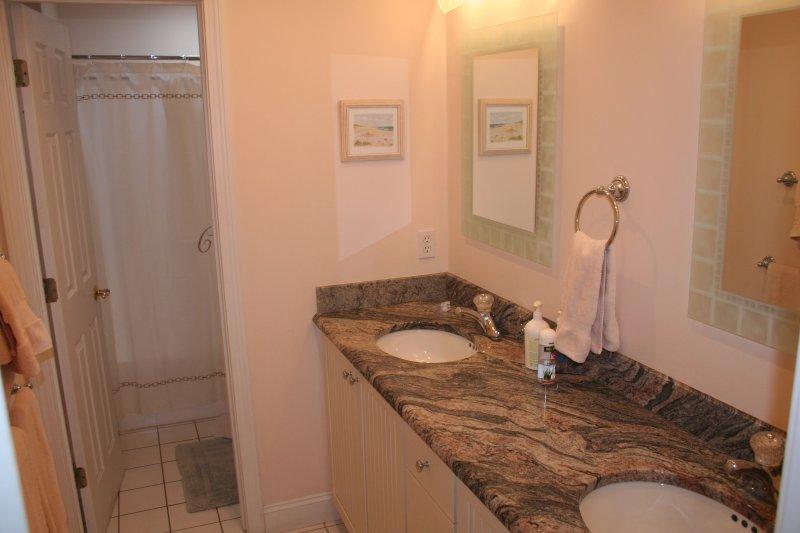 Gäste-WC mit Badewanne und Dusche und Dachfenster
