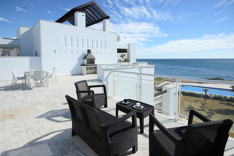Penthouse Beach Front Apartment with Incredible Views, Hot Tub and Barbecue. – semesterbostad i Casares