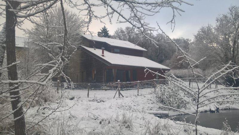 La casa de campo bajo la nieve
