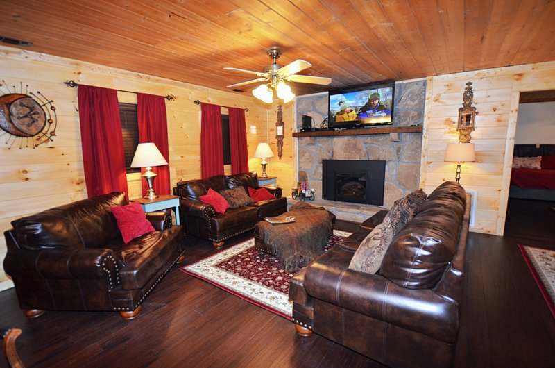 Beautiful 7 bedroom sleeping 16 located 5 mintues off the Parkway of Pigeon Forge