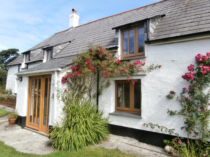 Hannahs Cottage. Rural cottage with distant sea views, near beach., holiday rental in Crackington Haven