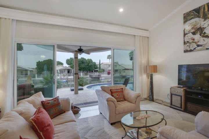 Si desea relajarse nuestra sala de estar tiene lo que necesita. Arcadia puertas que se abren al patio trasero cubierto