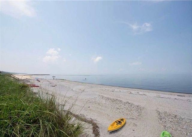 Cozy beach house sitting on the beach perfect family Vaca kayaks paddle board, alquiler vacacional en Port Jefferson