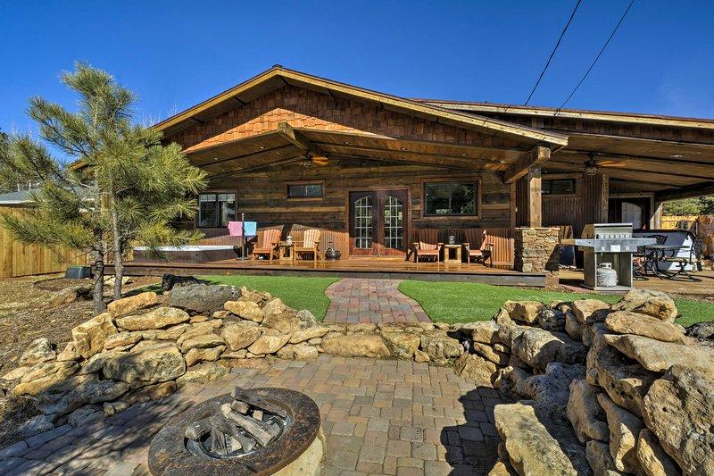 Home w/ Jacuzzi & Fire Pit: 10 Mi to NAU+Flagstaff, location de vacances à Kachina Village