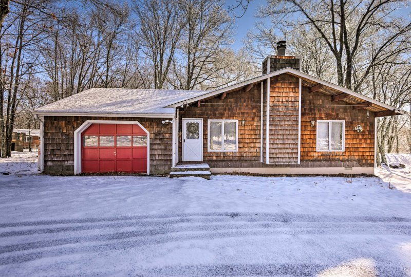 Bring the family along for a Bushkill retreat at this vacation rental house!