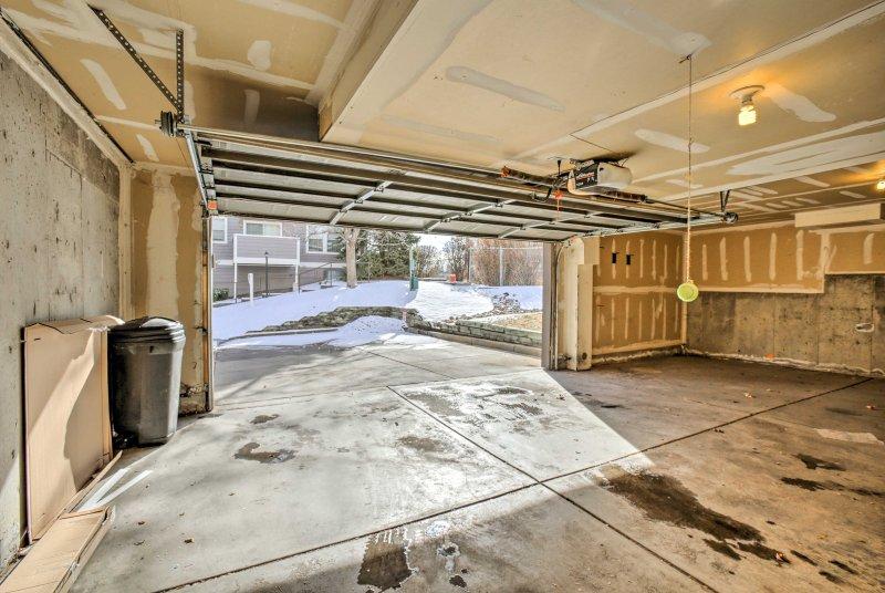 Deux véhicules peuvent être garés dans le garage.