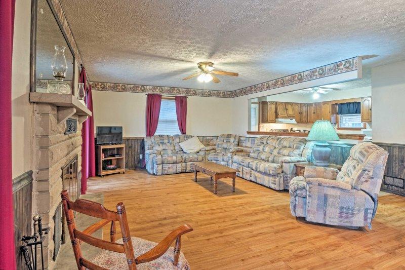El salón principal es el lugar perfecto para descansar y relajarse durante su retiro río.