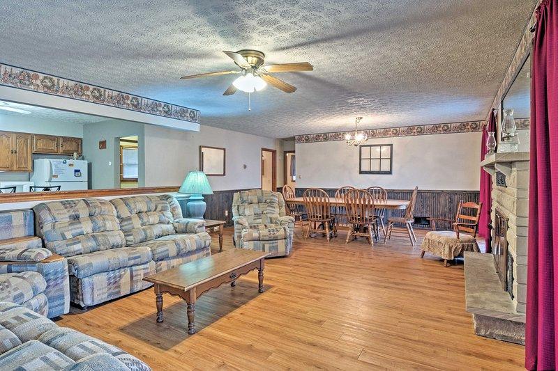 Asentarse en los sofás como el calor se vierte desde la chimenea.