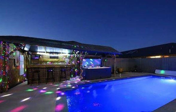 Swimming Pool, Spa and Bar make the perfect outdoor area to relax with friends!