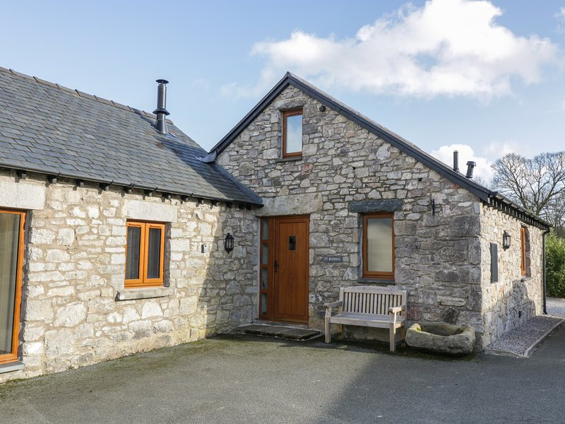 TY BUDDUG, stone-built cottage, character features, hot tub, woodburner, holiday rental in Minera