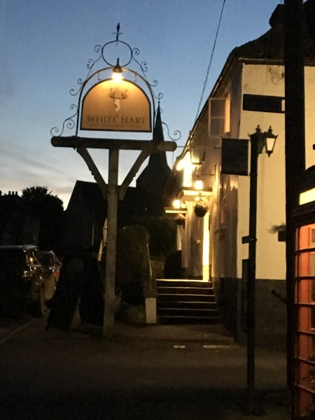 Le pub White Hart est 4 portes plus loin et grand pour le petit déjeuner, le déjeuner et le dîner