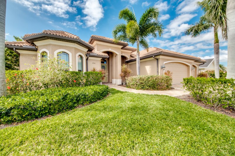 Villa on wide canal close to Cape Harbour, Ferienwohnung in Cape Coral