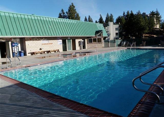 Tendrá acceso a la piscina comunitaria y jacuzzi. Es decir