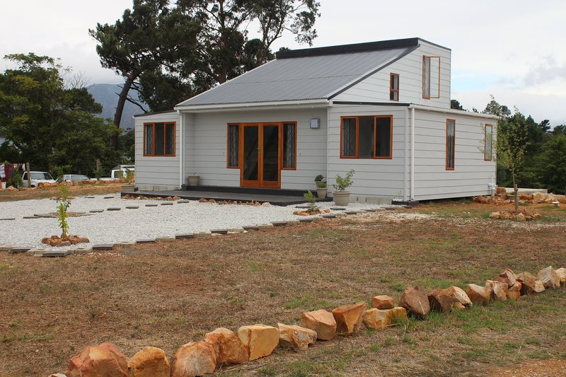 Klip River Cabin is a self-catering cottage in Elgin, Grabouw., holiday rental in Elgin