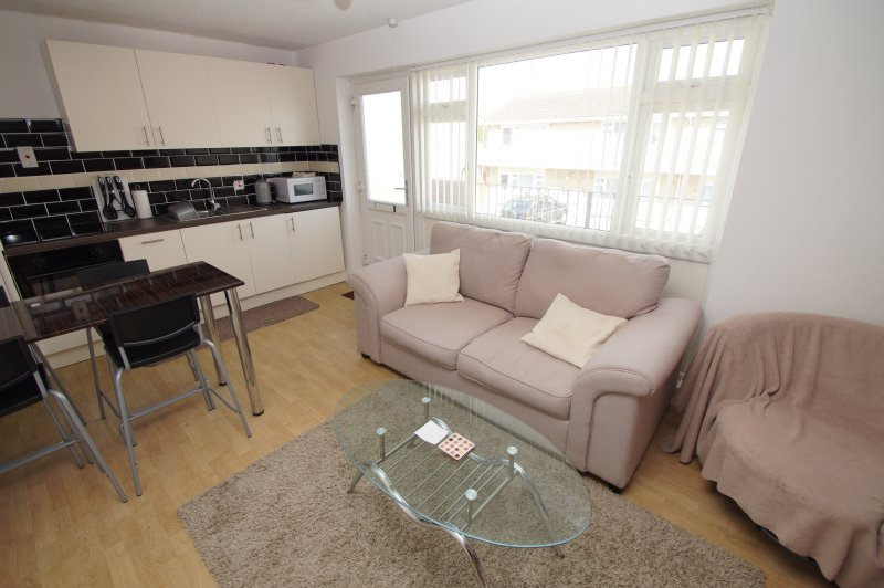 Brean, Somerset 2 Bed Apt Sleeps 4 w/ Private Access to Sandy Beach, central loc, Ferienwohnung in Bleadon