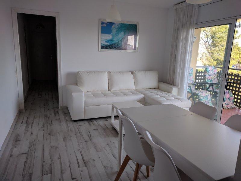 SPACIOUS AND SUNNY BEACH APARTMENT WITH PARKING, location de vacances à Castelldefels