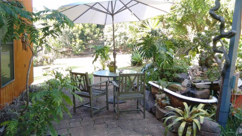 Votre jardin privé, avec étang à poissons et un choix de zones de sièges.