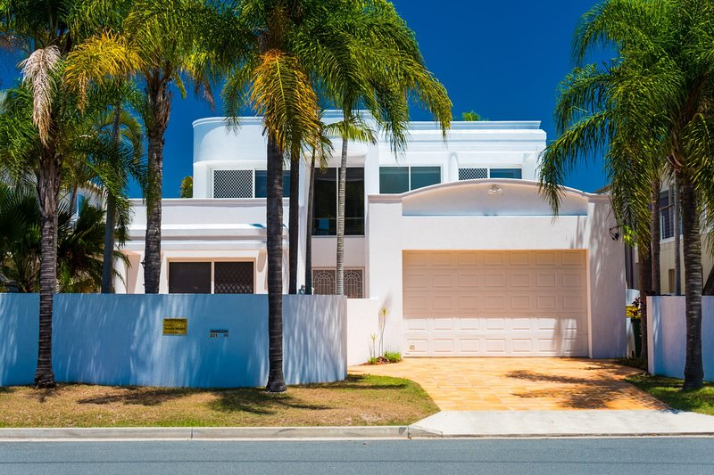 NEW Edgewater On Chevron 5 Bedroom Waterfront House Newly Renovated In Central, location de vacances à Surfers Paradise