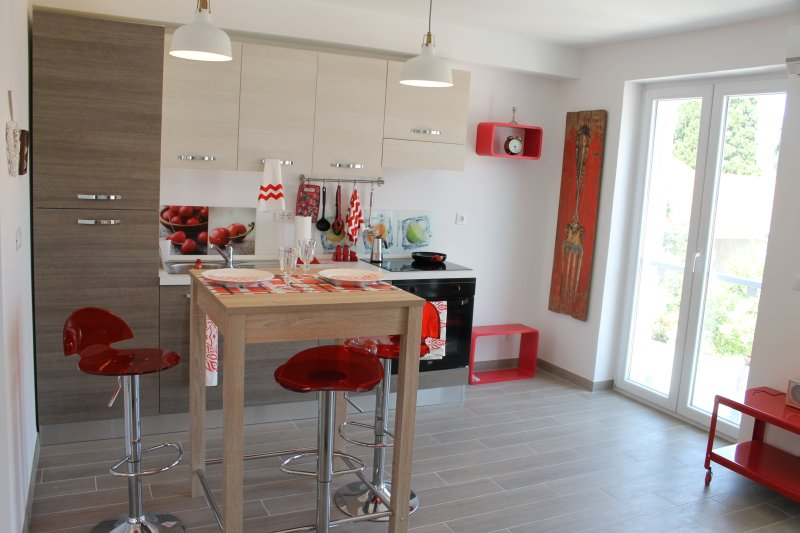 Fully equipped kitchen with diner area