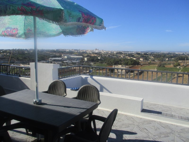 Bright and sunny corner penthouse, vacation rental in Marsascala