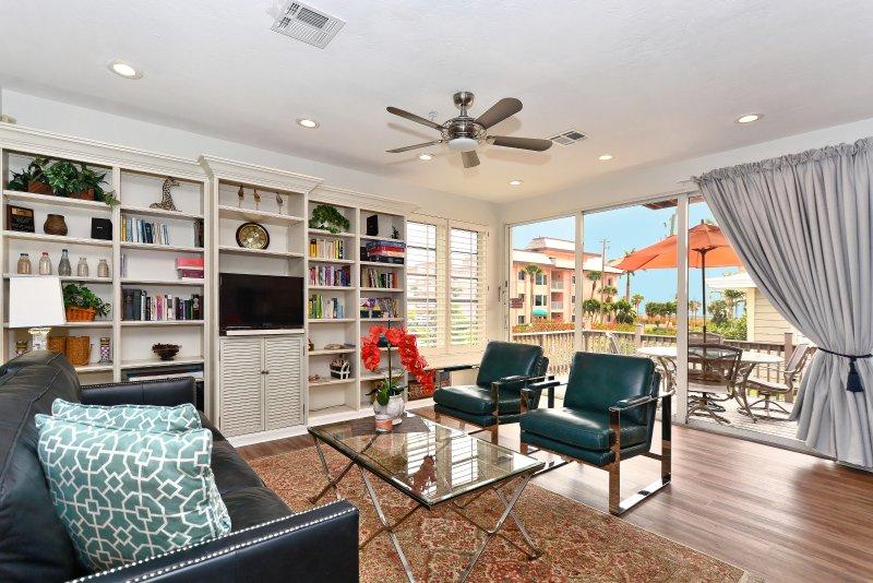 sala de estar com um grande pátio pequeno-almoço e vista para a praia