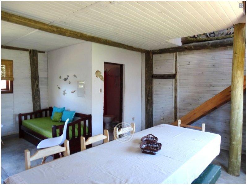 dos cama individual incorporado en el área de la sala de estar