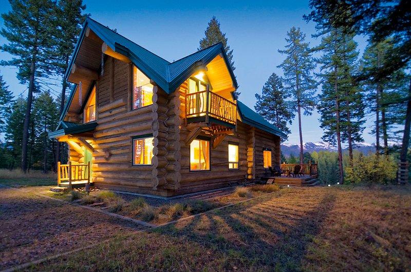 Blue Sky Lodge es de BC de origen sostenible enormes troncos de pino blanco hecho a mano.