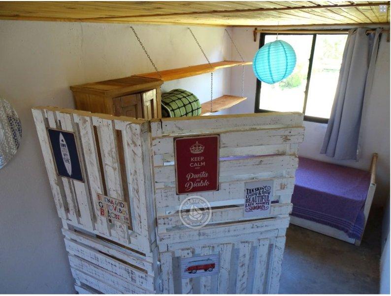 scrren de madera que separa el dormitorio de la planta baja en dos