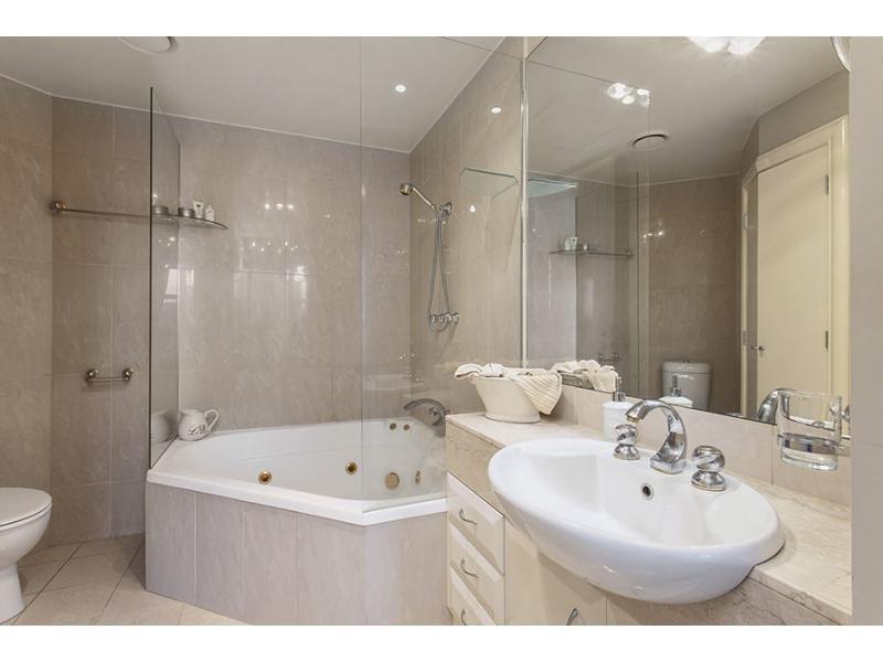 baignoire spa énorme pour se détendre après tout ce que le tourisme.