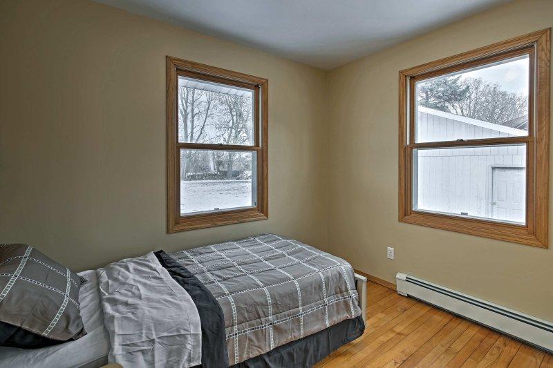 Disfrutar de sueños pacíficos en la cama doble de tamaño en el segundo dormitorio.