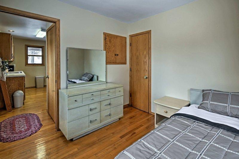 El segundo dormitorio está equipado con un amplio espacio de almacenamiento, así.