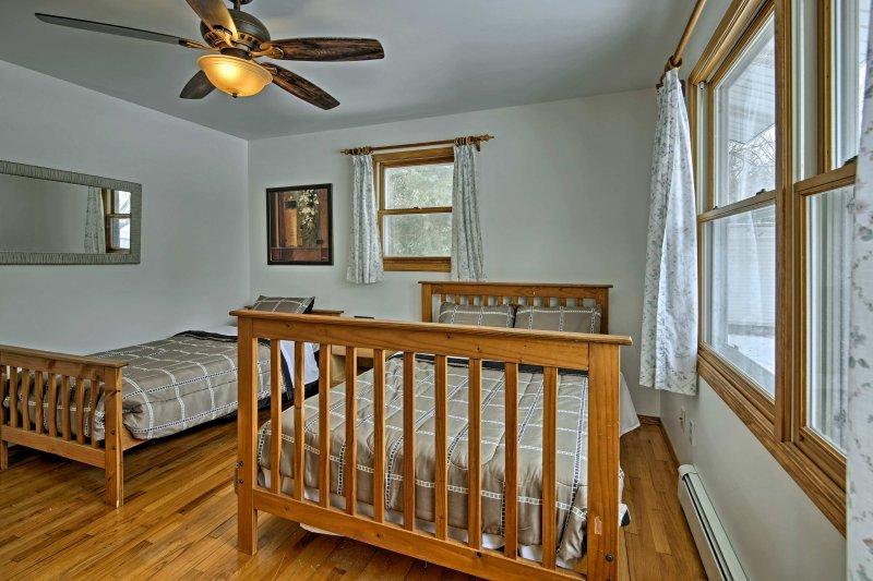 Estar tranquilo en la cama de matrimonio y dos camas individuales que aparece en el dormitorio principal.