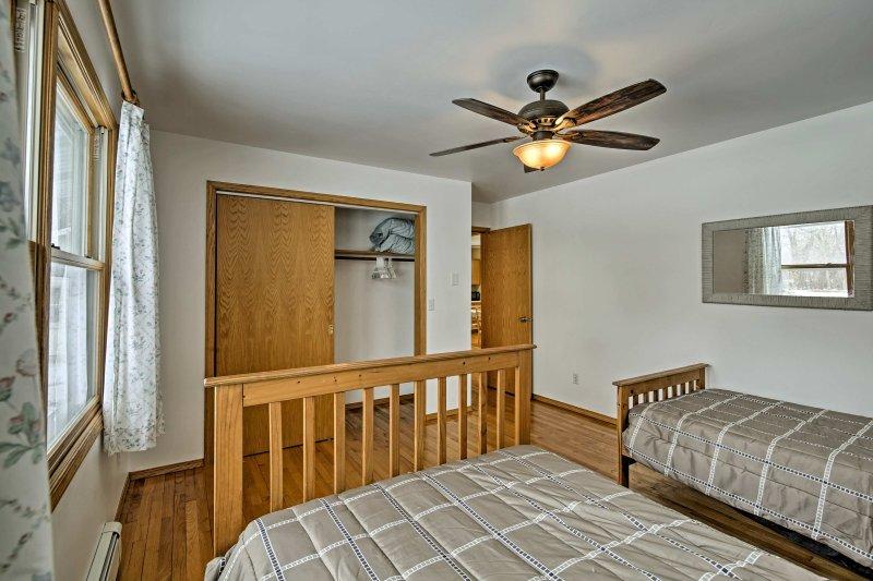El gran armario asegura que un montón de espacio para el almacenamiento en el dormitorio principal.
