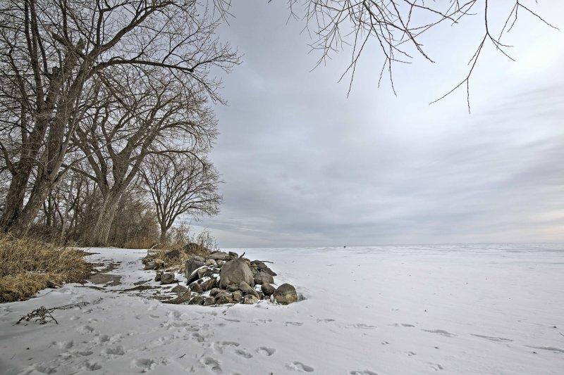 Desde las orillas congeladas del lago Winnebago a su oasis acogedor dentro de la casa, encontrará todo lo que necesita y más en este encantador refugio Neenah!