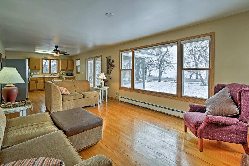 Las grandes ventanas enmarcan la casa, llenando el interior con mucha luz natural.