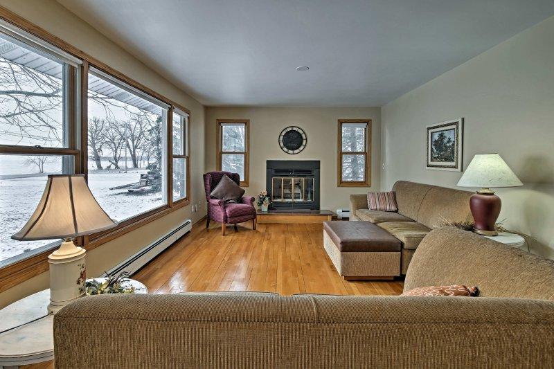 Calentar los dedos y los dedos junto a la chimenea de leña en la sala de estar.