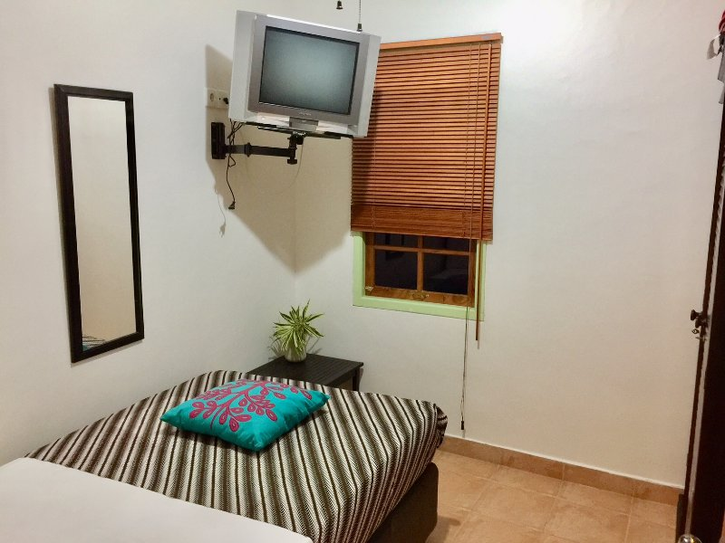 Chambre Simple, armoire, ventilateur de plafond, vue sur la piscine, TV, refroidi du principal climatiseur