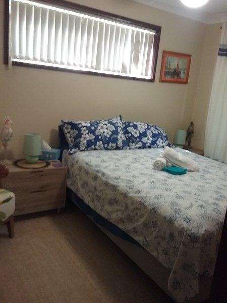 Schlafzimmer mit Doppelbett und separater Seite Veranda zu Cottage Gärten