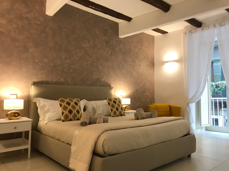 BEDROOM WITH KING SIZE BED AND SINGLE BED