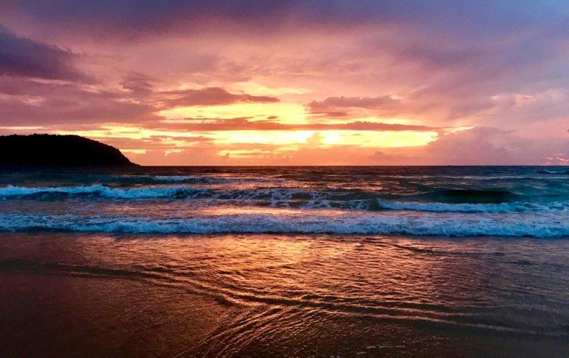 Un ultimo splendido tramonto sulla spiaggia di Nai Harn
