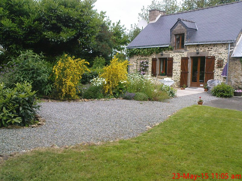 Beautiful Rural Gite retreat with view half an hour from everywhere of interest, holiday rental in Rohan